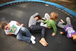 Kinderen genieten op de trampoline