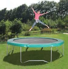 Trampoline springen in eigen tuin