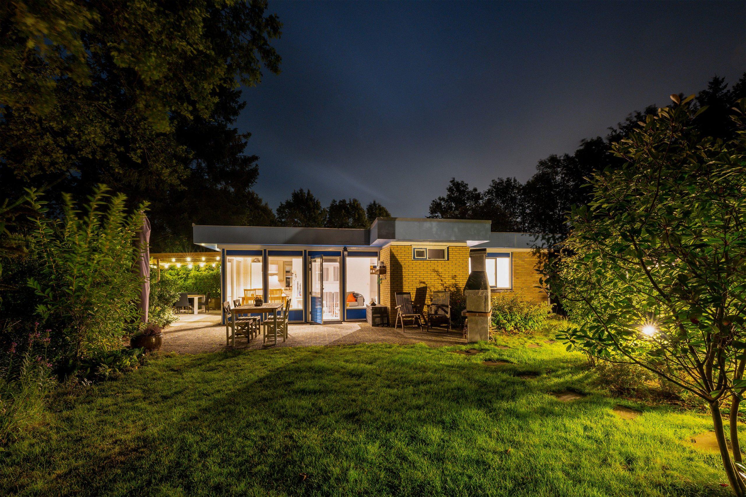 blauwe-boshuis-by-night