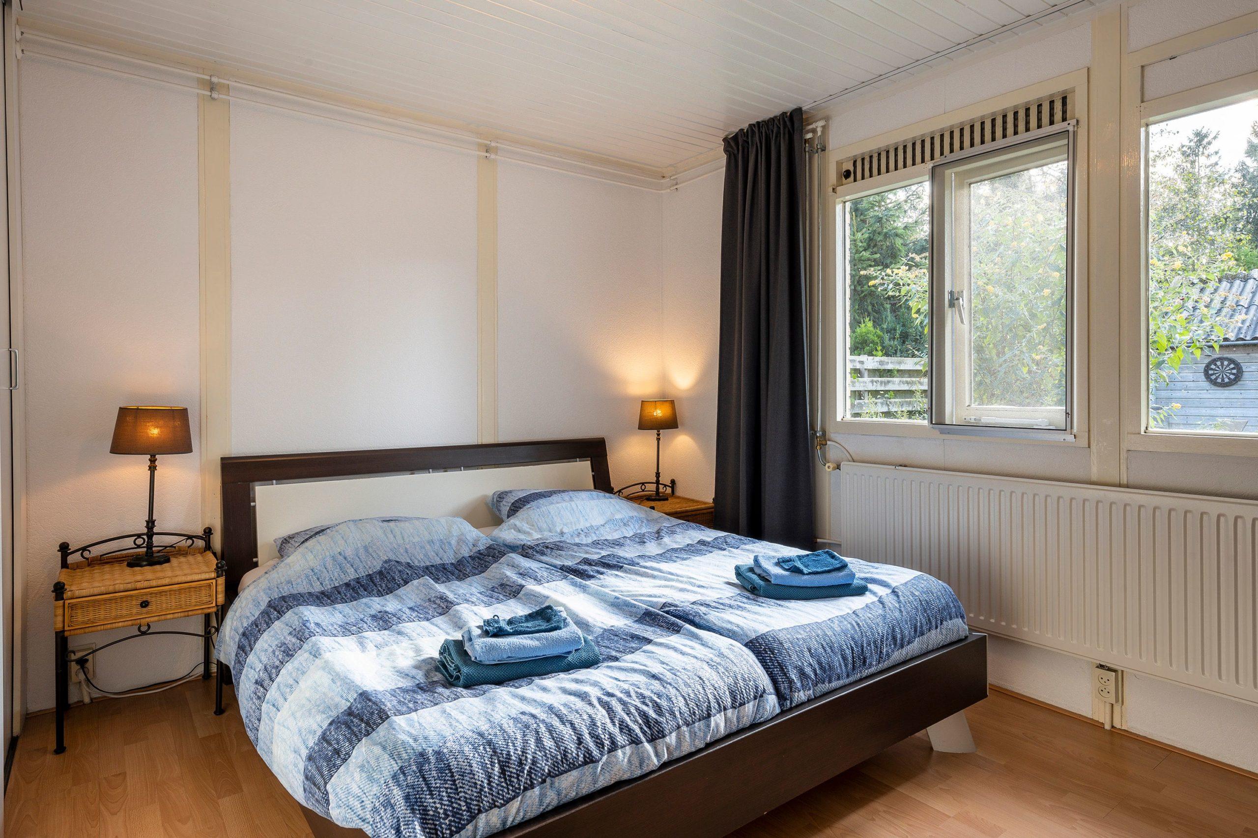 blauwe-boshuis-hoofdslaapkamer