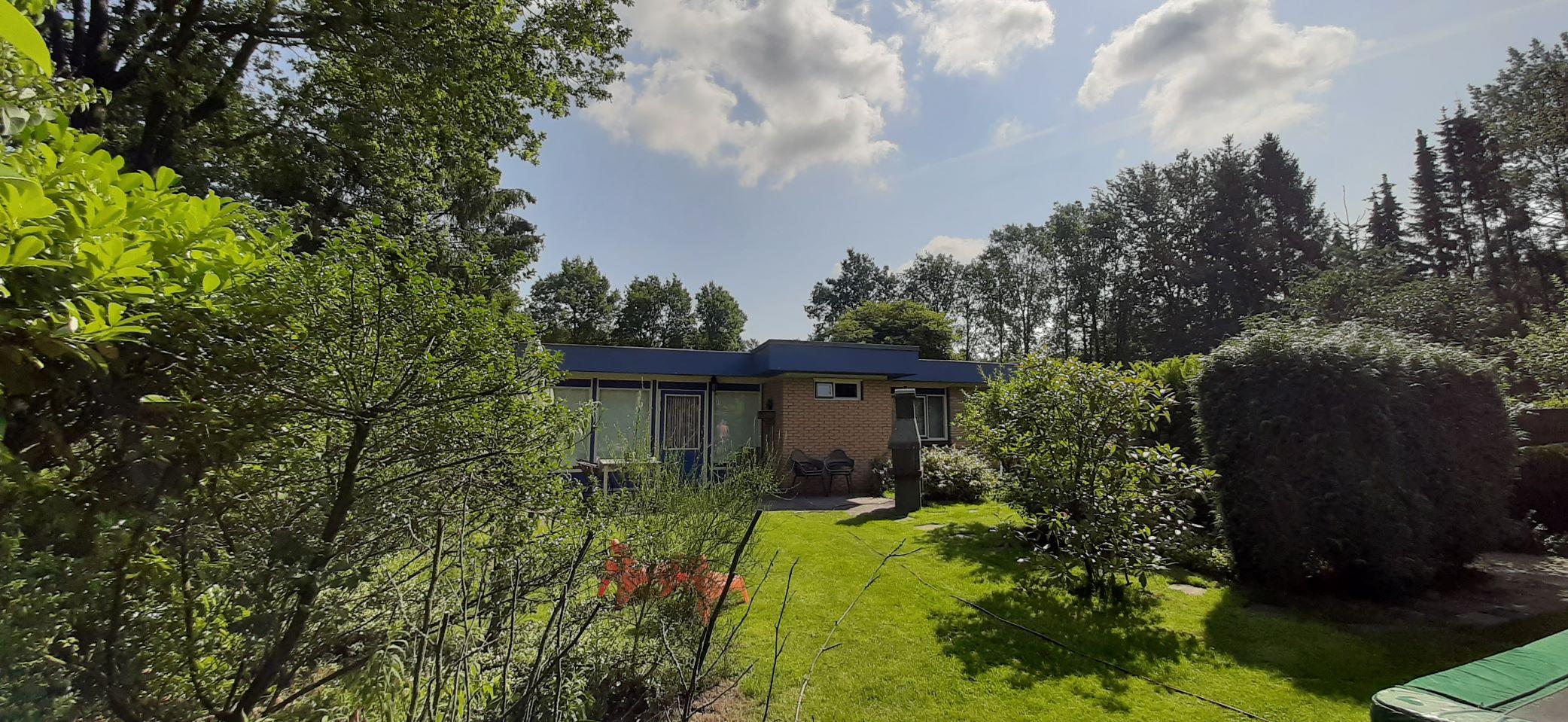 blauwe-boshuis-tuin-naar-huis-toe